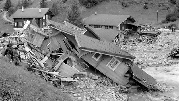 Bild nach dem Unwetter im Obergomser Dorf Münster. Der Muenstigerbach trat ueber die Ufer, als unvermittelt eine Flutwelle aus dem Muenstigertal hervorbrach, August 1987.