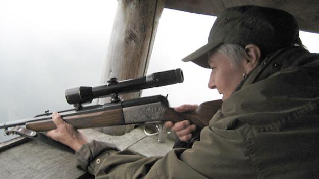 Martha Durrer aus Kerns ist Ehefrau, Mutter, Grossmutter, Hausfrau, Kioskfrau und Jägerin. Hier sieht man sie mit ihrem Stutzer im Hochsitz. Dieses Gewehr nimmt sie auf die Hochwildjagd mit.