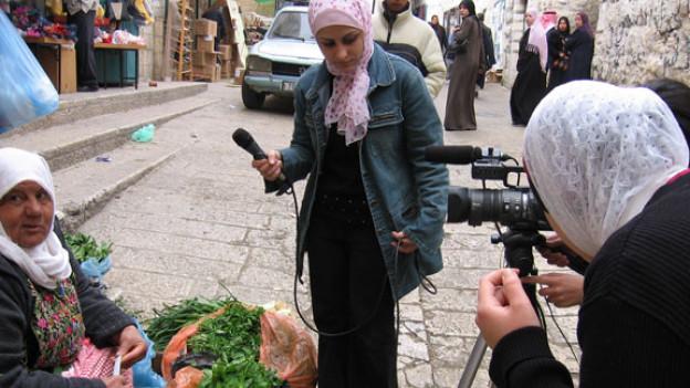 Ein Projekt mit Women, Media and Development TAM (Palästina), wo TV-Journalistinnen in Kursen technisches Know-How erwerben und in ihrer Arbeit Frauen auf dem Bildschirm sichtbar machen.
