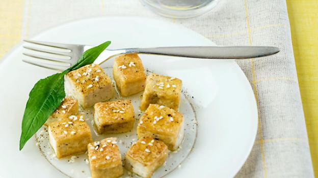 Tofu wird aus einem weissen Sojabohnenteig hergestellt.