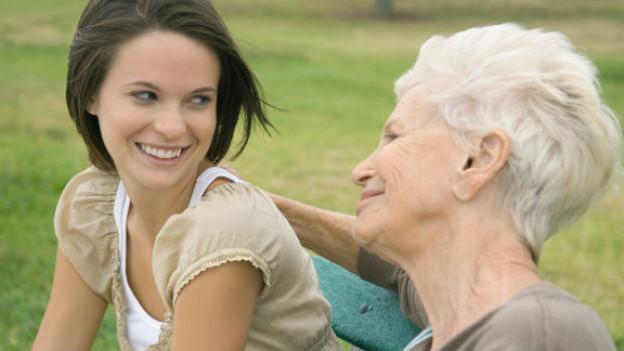 Alzheimer-Demenz kann die Beziehung zwischen den Betroffenen und Angehörigen trüben. Mit der richtigen Hilfe kann aber auch dieser Lebensabschnitt zu einer wertvollen gemeinsamen Zeit werden.