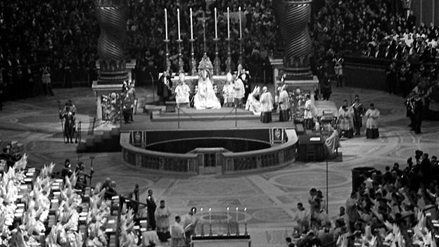 Das Innere des Petersdoms war zu einer gigantischen Konzilsaula umgebaut worden. Im Mittelschiff fanden sich auf beiden Seiten 90 Meter lange, ansteigende Tribünen, von denen aus debattiert wurde, 11. Oktober 1962.