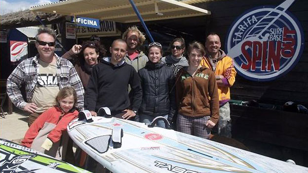 Stämpflis mit ihrer Crew am Strand: v.l.n.r.: Amber, Marc und Daniela (mit der Sonnenbrille im Haar). Ganz rechts aussen mit brauner Jacke: Cora.