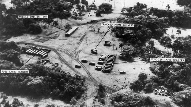 Luftaufnahme von sowjetischen Raketenabschussrampen, Raketentransportern und Tanklagern auf Kuba im Oktober 1962.