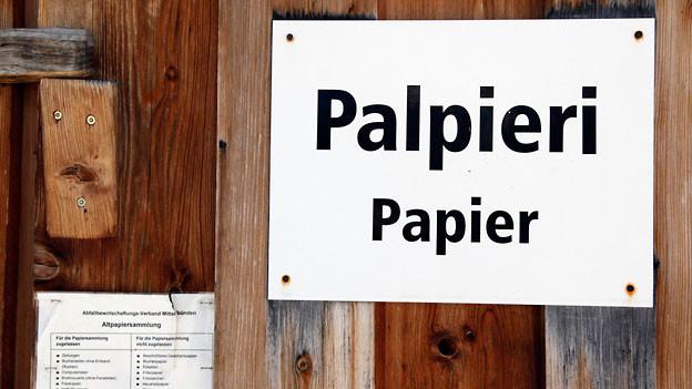 Ein Hinweisschild an einer Papiersammelstelle in Stierva, hoch über dem bündnerischen Albulatal.