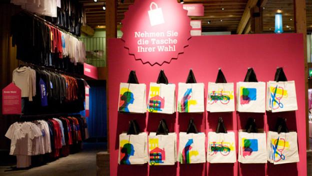 Die Ausstellung «Entscheiden» ist einem Supermarkt nachempfunden - und fordert Entscheidungen: Am Eingang bietet das Stapferhaus den Besuchern verschiedene Taschen zur Auswahl.
