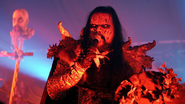 Lordi ist eine 1992 gegründete finnische Hard-Rock-Band. Sie ist bekannt für ihre ungewöhnlichen Zombie- und Monster-Bühnenkostüme.