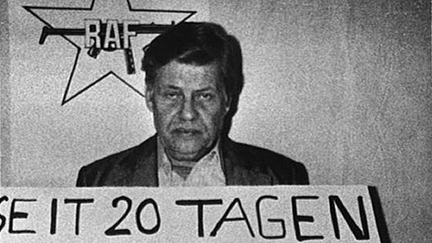 Hanns Martin Schleyer wurde am 5. September 1977 von Terroristen der RAF entführt und 6 Wochen später von ihnen ermordet.