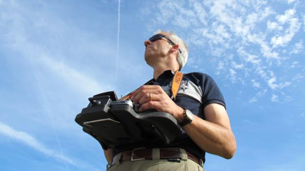Volle Konzentration und den Blick stehts am Horizont: Wolfgang Auth steuert eine Kunstflugmaschine durch die Lüfte.