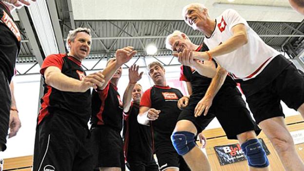 «Ziel ist der WM-Titel!»: Die Schweizer Volleyball-Veteranen haben ein strenges Trainingsjahr hinter sich und fliegen mit Zuversicht in die USA an die Senioren-WM.