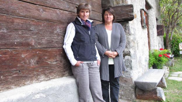 Barbara Gujan und Monika Grass vor dem Nutli Hüschi in Klosters