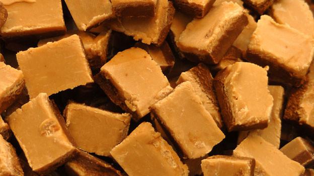 Nidelzeltli werden aus Zucker, Rahm und Milch hergestellt.