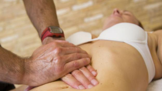 Was macht der Osteopath? Er erfühlt auch die inneren Organe.