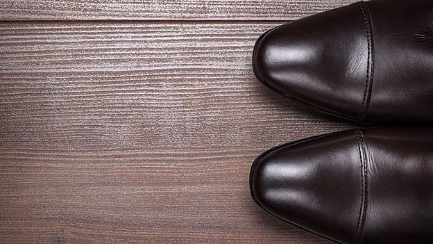 Schuhe aus Glattleder sollte man mit Schuhcreme pflegen.