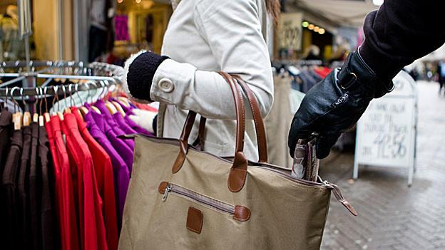 Taschen sollte man immer schliessen und nicht unbeaufsichtigt lassen.