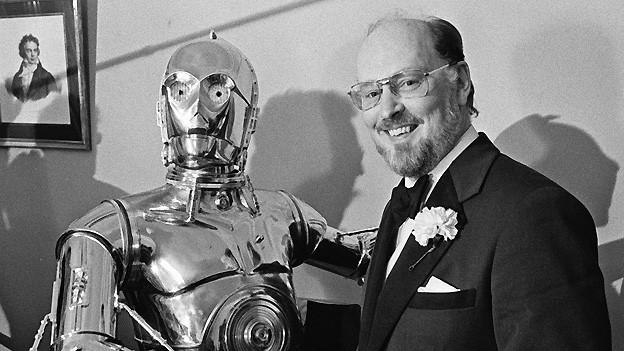 Komponist John Williams beim Händeschütteln mit «Star Wars»-Roboter C-3PO 1980 in Boston.