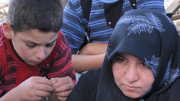 Eine syrische Flüchtlingsfamilie im Libanon, die dringend Hilfe benötigt.