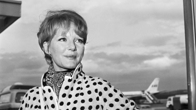 Die britische Schlagersaengerin und Schauspielerin Petula Clark im Jahr 1969 bei ihrer Ankunft auf dem Flughafen Zuerich-Kloten.