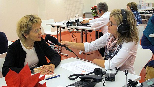 Eveline Widmer-Schlumpf im Gespräch mit Ladina Spiess am Glückskette-Sammeltag.