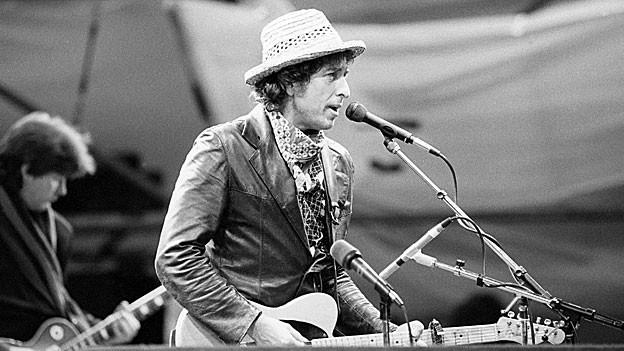 Das ist Robert Allen Zimmerman bei einem Auftritt in Basel, 1984. Bekannt ist er allerdings unter dem Namen Bob Dylan.