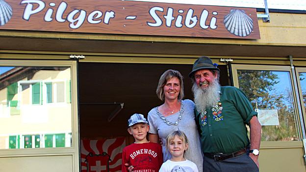 «Es kommen viele unterschiedliche Menschen und wir haben täglich spannende Begegnungen mit den Pilgern»: Familie Windlin vor ihrem Pilgerstübli.