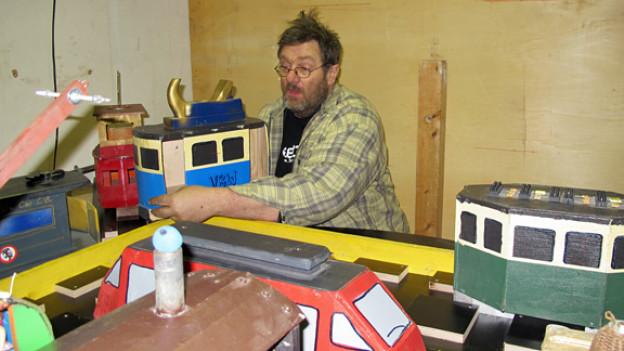 Babu Wälti in seinem Element: Der Recyclingkünstler baut fahrbare kleine Schrott-Rennwagen.