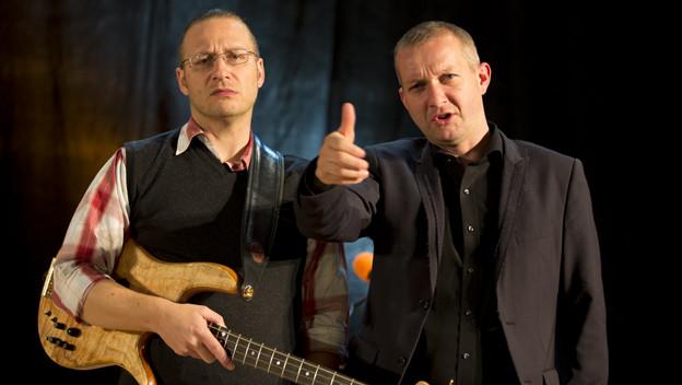 Waren schon gemeinsam auf Tournee: Simon Enzler und Daniel Ziegler auf der «Zytlupe»-Bühne.
