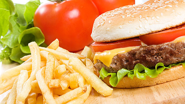 Typisch amerikanisch: Hamburger und Pommes.