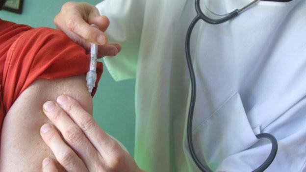Das BAG empfiehlt die Impfung für alle Personen über 65 Jahre, sowie für Erwachsene und Kinder mit chronischen Erkrankungen.