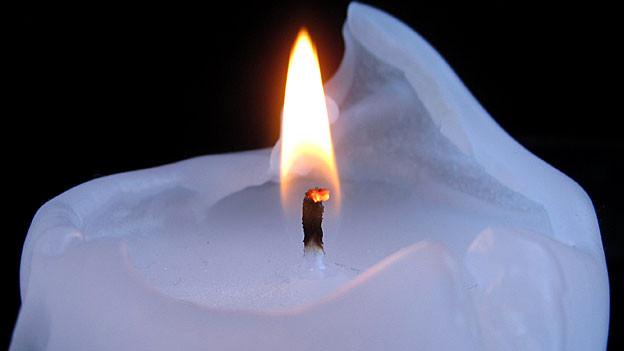 Der Docht einer brennenden Kerze darf nicht länger sein als 1 cm.