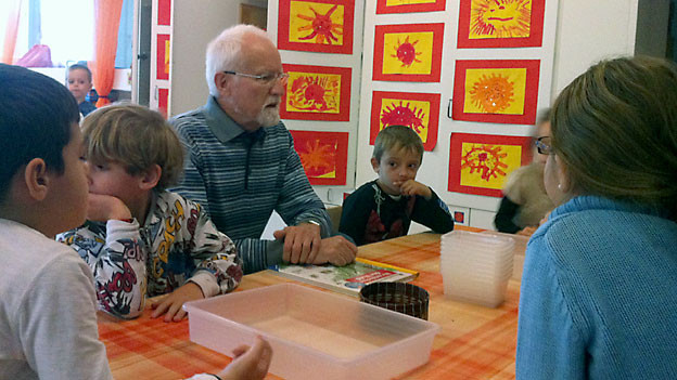 Senior Walter Bretscher ist ehemaliger Primarlehrer und Heilpädagoge. Seit 7 Jahren hilft er jeden Mittwoch im Kindergarten mit.