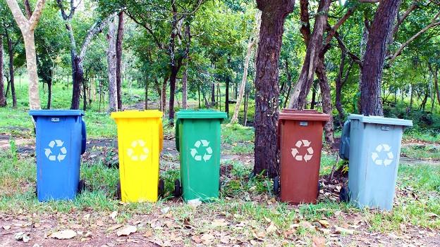 Abfalltrennung: Unterschiedliche Materialien werden separat gesammelt und wieder verwertet.