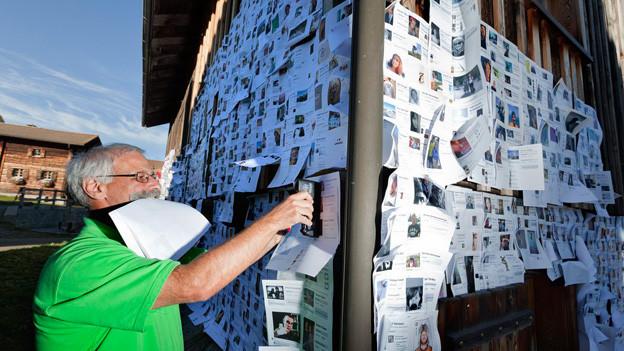 Der Muttner Beizer und Mitinitiant der Facebook-Aktion Gerry Flatscher ergänzt im Oktober 2011 eine Stallwand mit neuen Fanprofilen.
