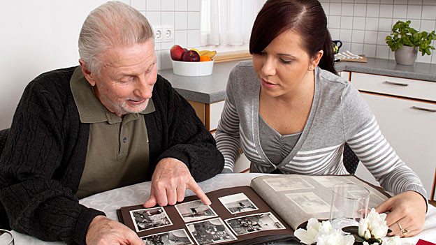 Beim Durchblättern des Fotoalbums werden Erinnerungen wieder wach.