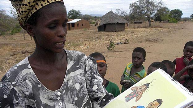 Filomena Joao erklärt, welche Symptome Kinder zeigen, wenn sie an Malaria erkranken.