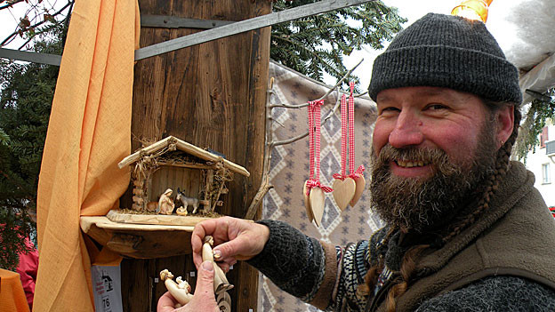 Ruedi Hess macht Weihnachtskrippen aus Wurzeln und gespaltenem Holz.