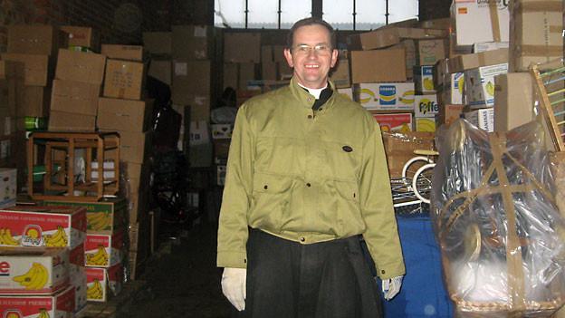 Pater Werner Boesiger beim Ausladen eines Hilfstransportes aus der Schweiz.