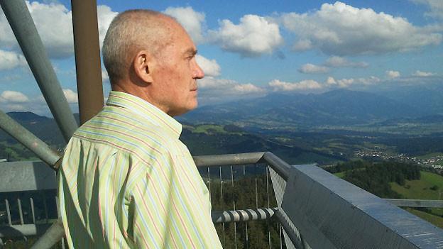 Oswald Oelz auf dem Turm des Bachtels.