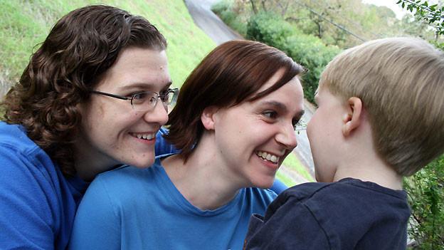 Gleichgeschlechtlichte Paare mit eingetragener Partnerschaft pochen auf das Recht Kinder adoptieren zu dürfen.