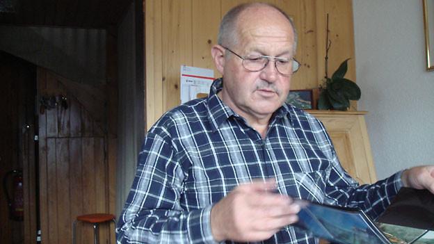 6000 Postkarten über Grindelwald bewahrt Bruno Kummer fein säuberlich in Mäppchen auf.