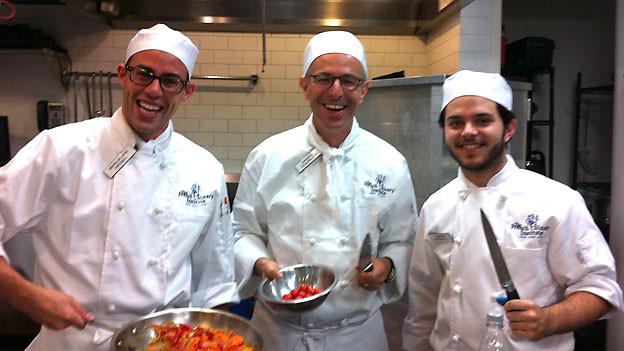 Dani Fohrler (mitte) mit Kollegen der Kochschule in New York.