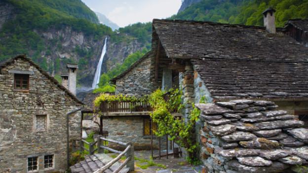 Typische Tessiner Häuser im rustikalen Stil.