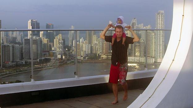 Fabian Obrist (27) mit Töchterchen Lucia (15 Monate) auf dem Balkon eines Freundes in Panama City.