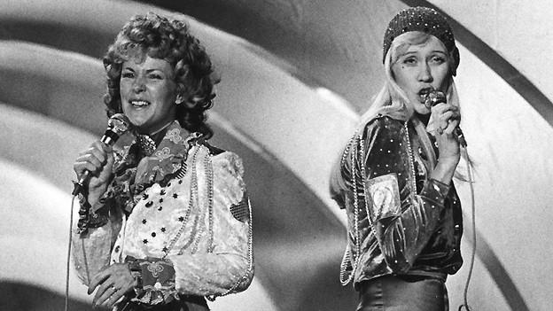 Die beiden schwedischen Sängerinnen Agentha Fältskog und Anni-Frid Lyngstad von ABBA interpretieren ihren Welthit «Waterloo». Der Song ist als deutsche Version in der Sendung «Yesterday when I was young» zu hören.
