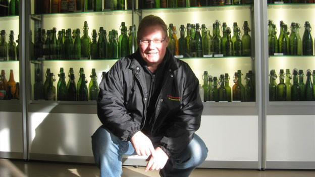 Christian Bischof mit seinen Bierflaschen.