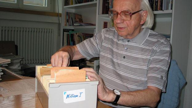 Roman Bussmann stöbert in der Kartei mit den Gemeinderäten des Amtes Willisau.
