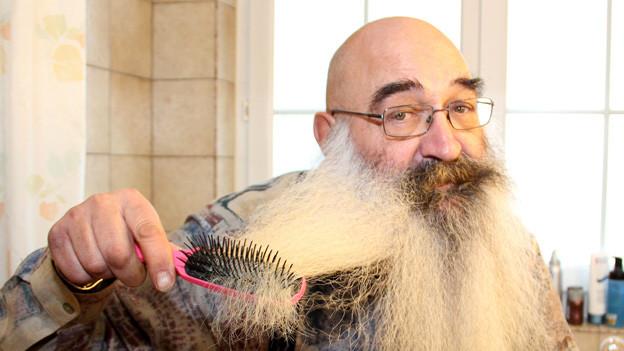 Ein Leben für den Bart: Albert Schmid hegt und pflegt seinen Bart täglich mit viel Hingabe.