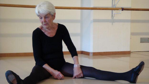 Elsbeth Oberer-Gmür geht regelmässig in die Tanzschule.
