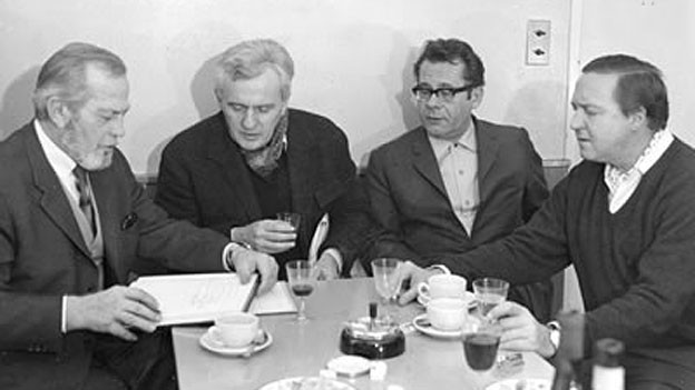 Die Schauspieler René Deltgen, Adolph Spalinger und Hans-Helmut Dickow besprechen mit Regisseur Hans Hausmann das Hörspiel-Manuskript (v.l.n.r.).