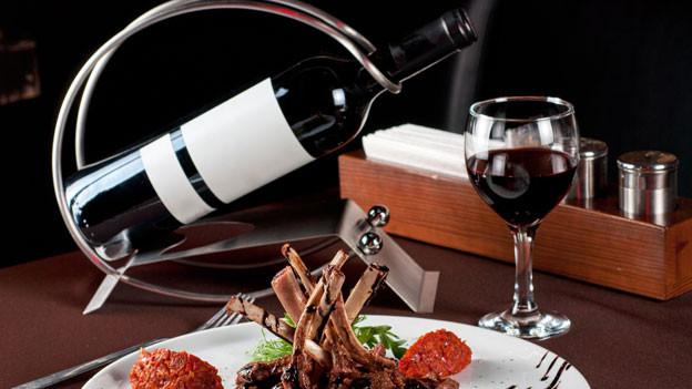 Wenn es denn eine allgemeine Empfehlung bei der Weinwahl gibt, dann diese: Ausprobieren, auch mal etwas Ungewöhnliches wagen und allenfalls zwei verschiedene Flaschen öffnen und sie beim Essen vergleichen.